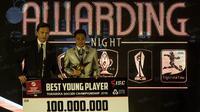 Gelandang Bhayangkara FC, Evan Dimas, menerika penghargaan pemain muda terbaik pada TSC 2016 Awarding Night di Hotel Aryaduta Bandung, Jawa Barat, Minggu (8/1/2017). (Bola.com/Vitalis Yogi Trisna)