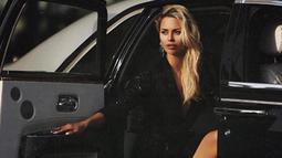 Victoria Bonya berpose di dalam mobil saat sesi pemotretan. Model berusia 37 tahun ini ditahan di bandara Los Angeles. (Instagram/ victoriabonya)