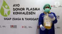 Petugas medis menunjukkan plasma konvalesen hasil donor penyintas COVID-19 di PMI Bekasi, Jawa Barat, Kamis (11/2/2021). Untuk saat ini, PMI Bekasi hanya mampu melayani enam orang pendonor per harinya karena keterbatasan alat. (Liputan6.com/Herman Zakharia)