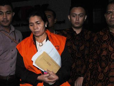 Hakim Adhoc Tipokor PN Medan, Merry Purba mengenakan rompi tahanan dikawal petugas usai menjalani pemeriksaan 1 x 24 jam pasca terjaring oprasi tangkap tangan (OTT) di gedung KPK, Jakarta, Rabu (29/8). (merdeka.com/Dwi Narwoko)