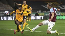 Gelandang West Ham United, Tomas Soucek (kanan) berusaha mencetak gol ke gawang Wolverhampton Wanderers dalam laga Liga Inggris pekan ke-30 di Molineux Stadium, Selasa (6/4/2021) dini hari WIB. West Ham menang 3-2 saat berlaga di kandang Wolverhampton. (Nick Potts/ Pool via AP)