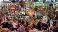 Lampu fanus, lentera tradisional khas yang dijual selama Ramadan, di distrik Saida Zeinab di Ibu Kota Kairo, 29 Mei 2016. Fanus selain sebagai ungkapan kegembiraan akan tibanya bulan Ramadan, juga melambangkan sumber cahaya. (MOHAMED EL-Shahed/AFP)