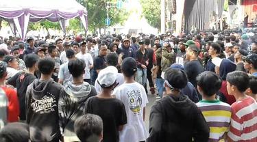 Diduga saling senggol, konser band indie yang digelar dihari ulang tahun Kabupaten Tangerang, Rabu sore, berlangsung ricuh.