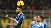 Gelandang Inter Milan, Marcelo Brozovic, menyundul bola saat melawan Napoli pada laga semifinal Coppa Italia di Stadion Giuseppe Meazza, Rabu (12/2/2020). Inter Milan takluk 0-1 dari Napoli. (AP/Antonio Calanni)