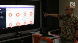 Komisioner KPU, Ilham Saputra menunjukkan cara kerja sistem informasi penghitungan suara Pemilu 2019 di Gedung KPU, Jakarta, Rabu (20/3). KPU mulai melakukan uji coba sistem ini.(Www.sulawesita.com)