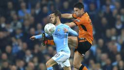 Pemain Manchester City, Bernado Silva (kiri) berusaha melewati adangan pemain Wolverhampton, Ben Marshall pada laga Piala Liga Inggris di Etihad Stadium, Manchester, (24/10/2017. City menang adu penalti 4-1. (Tim Goode/PA via AP)