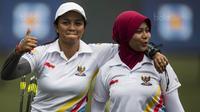 Pepanah Indonesia, Dellie Threesyadinda dan Sri Ranti saat semifinal SEA Games cabang panahan nomor compound di National Sports Council, Kuala Lumpur, Rabu (16/8/2017). Ranti berhasil mengalahkan Dellie. (Bola.com/Vitalis Yogi Trisna)
