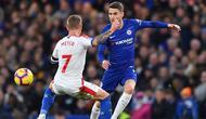 Gelandang Chelsea, Jorginho berusaha melewati gelandang Crystal Palace, Max Meyer saat bertanding pada lanjutan Liga Inggris stadion Stamford Bridge, London (4/11). Chelsea menang atas Crystal Palace dengan skor 3-1. (AFP Photo/Ben Stansall)