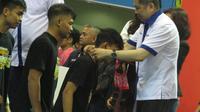 Ketua Federasi Futsal Indonesia, Hary Tanoe saat mengalungkan medali untuk juara pro futsal League (istimewa)