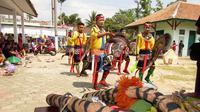 Kesenian ebeg menjadi ciri khas daerah Banyumas. Penari ebeg terdiri dari penari lelaki dan perempuan. Tari ebeg ini dilakukan serentak di beberapa objek wisata Banyumas saat libur Lebaran. (Liputan6.com/Muhamad Ridlo).
