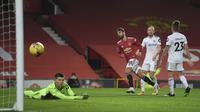 Bruno Fernandes mencetak gol ketiga pada pertandingan sepak bola Liga Inggris antara Manchester United dan Leeds United di stadion Old Trafford di Manchester, Inggris, Minggu 20 Desember 2020. (Michael Regan / Pool via AP)