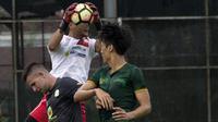 Kiper Barito Putera, Dian Agus, mengamankan bola dari bek PS Tira, Kim Sang Min, pada laga persahabatan di Lapangan Bais, Bogor, Kamis (22/2/2018). PS Tira kalah 1-2 dari Barito Putera. (Bola.com/Asprilla Dwi Adha)