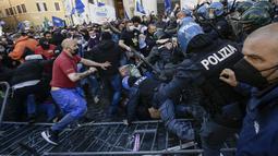 Pengunjuk rasa (kiri) berkelahi dengan polisi anti huru-hara saat aksi protes oleh pemilik restoran dan aktivitas bisnis lainnya di luar parlemen di Piazza Montecitorio di Roma, Selasa (6/4/202). Mereka memprotes tindakan pembatasan untuk mengatasi lonjakan kasus COVID-19. (Filippo MONTEFORTE/AFP)