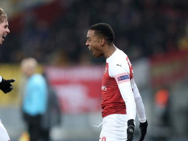 Selebrasi pemain Arsenal, Joe Willock (kanan) dan Emile Smith Rowe usai mencetak gol ke gawang Vorskla Poltava pada laga kelima Grup E Liga Europa di Stadion NSK Olimpiyskiy, Kyiv, Ukraina, Jumat (30/11). Arsenal menang 3-0. (AP Photo/Efrem Lukatsky)