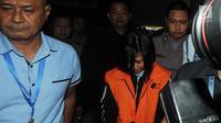 Direktur Utama PT. Manira Arta Mandiri (Mataram), Gabriella Yuan Ana kenakan rompi tahanan usai menjalani pemeriksaan pasca OTT di Gedung KPK, Jakarta, Selasa (20/08/2019). Gabriella diduga melakukan suap terhadap Jaksa di Kejari Yogyakarta, Eka Safitra. (merdeka.com/Dwi Narwoko)