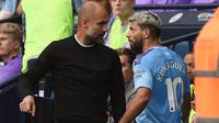 Sergio Aguero dan Pep Guardiola berselisih saat Manchester City menghadapi Tottenham Hotspur. (AFP/Oli Scarff)