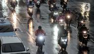 Kondisi lalu lintas lintas saat hujan mengguyur Jakarta, Senin (26/10/2020). BPBD DKI Jakarta mengeluarkan peringatan dini cuaca berupa potensi terjadinya hujan lebat disertai petir dan angin kencang dampak dari siklon tropis Molave hingga 27 Oktober 2020. (merdeka.com/Iqbal S. Nugroho)