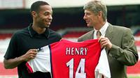 Arsene Wenger bersama Thierry Henry (AFP/Sinead Lynch)