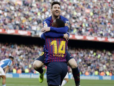 Striker Barcelona, Lionel Messi, bersama Malcom merayakan gol yang dicetaknya ke gawang Espanyol pada laga La Liga di Stadion Camp Nou, Sabtu (30/3). Barcelona menang 2-0 atas Espanyol. (AP/Manu Fernandez)