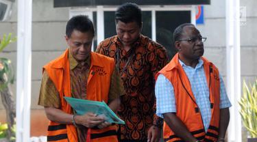 Preskom PT Mugi Rekso Abadi Soetikno Soedarjo (kiri) dan mantan Kadis PU Papua Mikael Kambuaya (kanan) tiba di Gedung KPK, Jakarta, Rabu (2/10/2019). Soetikno dan Kambuaya diperiksa terkait dugaan suap pengadaan mesin pesawat Garuda Indonesia dan korupsi proyek di Jayapura. (merdeka.com/Dwi Narwoko)