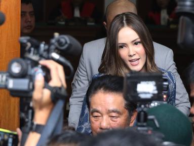 Pembawa acara Cathy Sharon memberikan keterangan kepada awak media usai menjalani sidang perceraian di PN Jakarta Selatan, Senin (7/3). Sidang beragendakan pembacaan saksi dari pihak tergugat (Cathy Sharon). (Liputan6.com/Herman Zakharia)