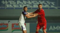 Pemain Persija Jakarta, Marco Motta (kanan) dijaga ketat oleh pemain Persita, Alex Dos Santos Goncalves pada pertandingan pekan kelima BRI Liga 1 di Stadion Pakansari, Selasa (28/9/2021). (Bola.com/ M Iqbal Ichsan)