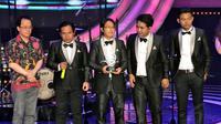 Dalam acara tersebut plakat penghargaan Walinium diberikan kepada WALI atas pencapian 81.262.693 downloads RBT plus penjualan CD, VCD dalam kurun waktu 6 tahun, Jakarta, Selasa (10/6/14). (Liputan6.com/Panji Diksana)