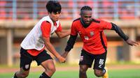 Boaz Solossa started training with the Borneo FC squad.  (Instagram/@borneofc.id)