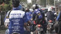 Tulisan dukungan unik tertulis di kemeja salah satu fans Maung Bandung yang berkendaraan motor menuju Stadion Si Jalak Harupat, Soreang, Bandung, Rabu (30/3/2016). Mereka ingin menyaksikan duel Persib vs Bali United.(Bola.com/Nicklas Hanoatubun).