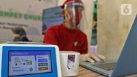 Petugas medis berjaga saat saat peluncuran Layanan GeNose C-19 di Kantor Dompet Dhuafa, Jakarta, Selasa (9/3/2021).  Layanan  pemeriksaan tes Covid-19 dibuka untuk umum dengan tarif Rp 40.000 yang sudah termasuk donasi untuk kaum dhuafa. (Liputan6.com/Herman Zakharia)
