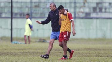 Pelatih Arema FC, Milomir Seslija, berbincang dengan Hanif Sjahbandi saat sesi latihan di Stadion Gajayana, Malang, Kamis (11/4). Latihan ini merupakan persiapan jelang laga final menghadapi Persebaya Surabaya. (Bola.com/Yoppy Renato)
