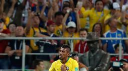 Gelandang Brasil, Paulinho berselebrasi usai mencetak gol ke gawang Serbai pada pertandingan grup E Piala Dunia 2018 di Stadion Spartak, Rusia (27/6). Brasil menang 2-0 atas Serbia dan melaju ke babak 16 besar dengan poin 7. (AP Photo/Rebecca Blackwell)
