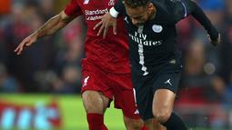 Gelandang Liverpool, Mohamed Salah (kiri) berebut bola dengan striker Paris Saint-Germain (PSG) Neymar saat bertanding di Liga Champions di Anfield, Liverpool, Inggris, Selasa (18/9). Liverpool membungkam PSG 3-2. (AP Photo/Dave Thompson)