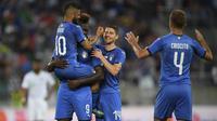 Para pemain Italia merayakan gol Mario Balotelli saat melawan Arab Saudi pada laga persahabatan di Kybunpark Stadium, St. Gallen, Swiss, (28/5/2018). Italia menang 2-1. (Gian Ehrenzeller/Keystone via AP)