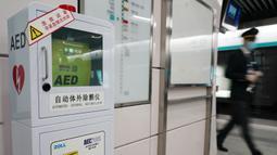Sebuah automated external defibrillator (AED) terlihat di Stasiun Kereta Bawah Tanah Xidan di Beijing, China, 27 Oktober 2020. Beijing pada Selasa (27/10) mulai melengkapi sistem transportasi berbasis relnya dengan AED. (Xinhua/Zhang Chenlin)