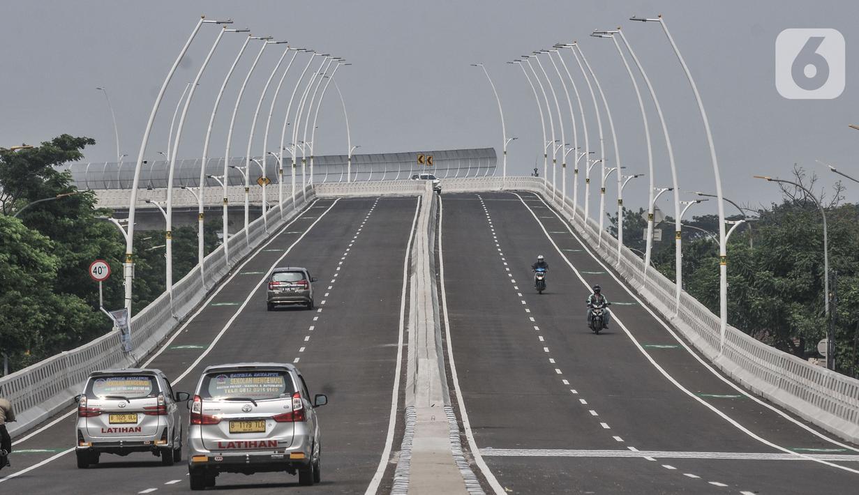 Kendaraan melintasi Jalan Layang atau Flyover Cakung, Jakarta Timur, Senin (19/4/2021). Pemprov DKI Jakarta melakukan uji coba Flyover Cakung mulai hari ini hingga 21 April mendatang. (merdeka.com/Iqbal S Nugroho)