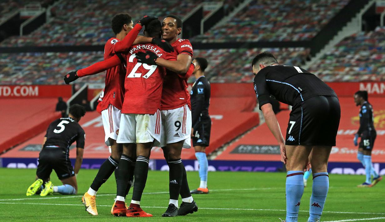 Striker Manchester United, Anthony Martial (kanan) melakukan selebrasi bersama rekan setim usai mencetak gol ke gawang Aston Villa dalam laga lanjutan Liga Inggris 2020/21 pekan ke-17 di Old Trafford, Jumat (1/1/2021). Manchester United menang 2-1 atas Aston Villa. (AFP/Lindsey Parnaby/Pool)