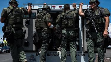 Petugas keamanan dikerahkan mengamankan lokasi penembakan massal di kota El Paso, Texas, yang membunuh 20 orang (AFP/Joel Angel Suarez)