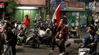 Massa berkumpul saat terjadi ricuh akibat unjuk rasa di sekitar jalan Pejompongan, Jakarta, Rabu (25/9/2019). Sebelumnya, unjuk rasa yang dilakukan pelajar STM bentrok dengan aparat kepolisian dibelakang Gedung DPR/MPR. (Liputan6.com/Helmi Fithriansyah)