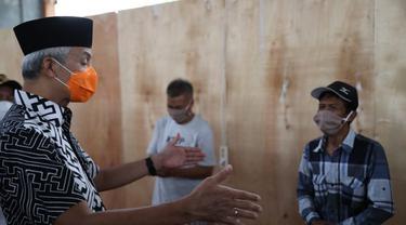 Gubernur Jawa Tengah Ganjar Pranowo dan Bupati Banyumas, Achmad Husein saat meninjau karantina pemudik di GOR Satria, Purwokerto. (Foto: Liputan6.com/Pemkab Banyumas)