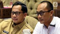 Menteri Dalam Negeri (Mendagri) Tito Karnavian (kiri) saat mengikuti rapat kerja dengan Komisi II DPR di Kompleks Parlemen, Jakarta, Selasa (26/11/2019). Rapat membahas pergeseran anggaran Kemendagri 2019 dan kebutuhan anggaran blangko e-KTP. (Liputan6.com/Johan Tallo)