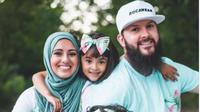 Pasutri Kanada Membuat Hijab Ramah Lingkungan. (dok.Instagram @salehfamilyofficial/https://www.instagram.com/p/CEPQtOqFTnk/Henry)