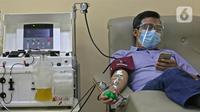 Penyintas COVID-19 melakukan donor plasma konvalesen di PMI DKI Jakarta, Selasa (19/1/2021). Sebanyak 307 penyintas COVID-19 per 1 hingga 15 Januari 2021 telah mendonorkan plasma konvalesen. (Liputan6.com/Herman Zakharia)