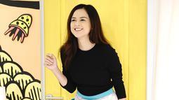 Bicara soal fashion, Cut Meyriska selalu mengubah gaya penampilannya agar tidak monoton. Seperti ini misalnya, si cantik ini memakai skirt bermotif lucu yang dipadukan dengan atasan hitam. (Instagram/cutratumeyriska)