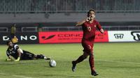 Gelandang Timnas Indonesia U-22, Egy Maulana Vikri, melakukan selebrasi usai mencetak gol ke gawang Timnas Iran U-23  pada laga uji coba internasional di Stadion Pakansari, Bogor, Sabtu (16/11). Indonesia menang 2-1 atas Iran. (Bola.com/Yoppy Renato)