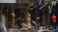 Kerusakan terlihat di lokasi ledakan yang terjadi di kawasan ruko Grand Wijaya, Kebayoran Baru, Jakarta , Kamis (12/7). Meski tidak menyebabkan korban jiwa ledakan ini menyebabkan dua orang mengalami luka-luka.  (Merdeka.com/Imam Buhori)