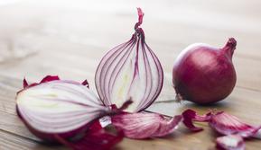 Ilustrasi kerokan pakai bawang merah (iStockphoto)