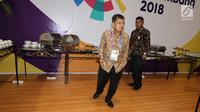 Wakil Presiden, Jusuf Kalla saat melihat makanan prasmanan untuk jurnalis di Main Press Center (MPC) atau Media Center Asian Games di JCC, Jakarta, Selasa (14/8). (Liputan6.com/Fery Pradolo)