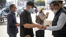 Orang-orang menunjukkan paspor vaksin sebelum diizinkan masuk memasuki kantor pemerintah, di Rabat, Maroko, Kamis (21/10/2021). Maroko mewajibkan paspor vaksin untuk mengakses kantor pemerintah, mal, pusat kebugaran, dan area publik lain untuk mendorong kampany vaksinasi. (AP Photo/Mosa'ab Elshamy)