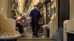 Orang-orang yang mengenakan masker terlihat di dalam kereta bawah tanah di Paris, Prancis, pada 20 Juli 2020. Instruksi pemerintah Prancis untuk mewajibkan penggunaan masker mulai berlaku pada Senin (20/7) di tengah meningkatnya jumlah klister COVID-19. (Xinhua/Aurelien Morissard)